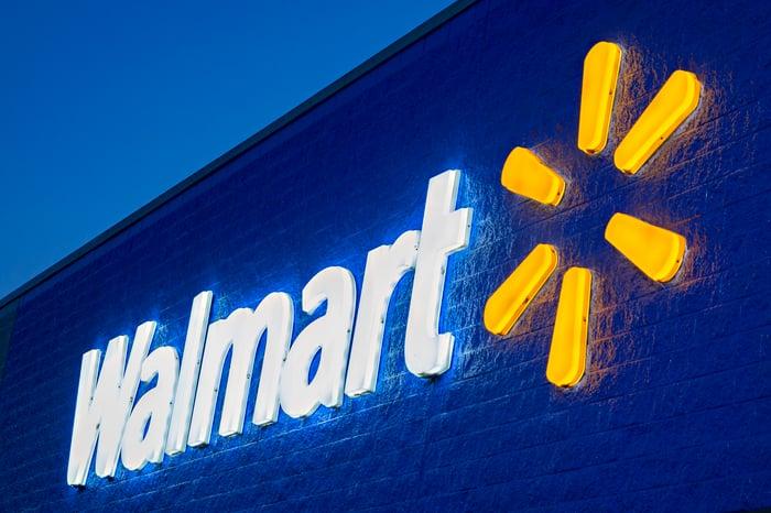 L'extérieur d'un bâtiment Walmart présente le logo de l'entreprise.