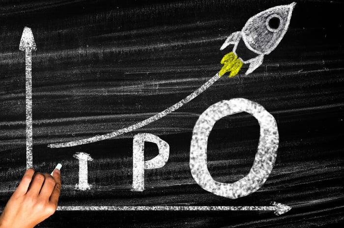 Dessin au tableau de fusée à la hausse et le mot IPO