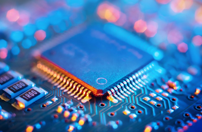 Semiconductor chip positioned on a motherboard.