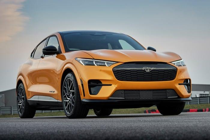 Une Ford Mustang Mach-E GT orange 2021, un SUV multisegment électrique hautes performances.