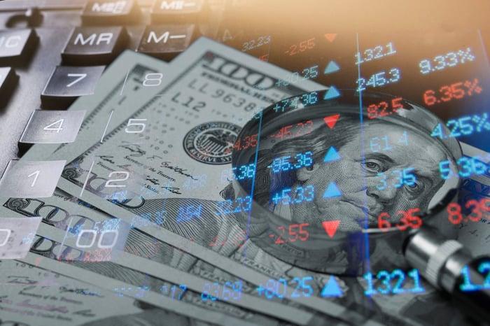Cotations boursières avec de l'argent et une calculatrice superposées.