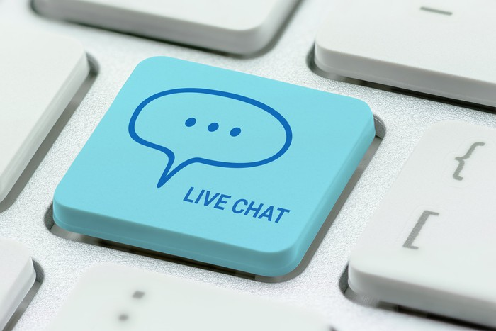 """Key on a keyboard labeled with a conversation bubble and """"LIVE CHAT"""""""