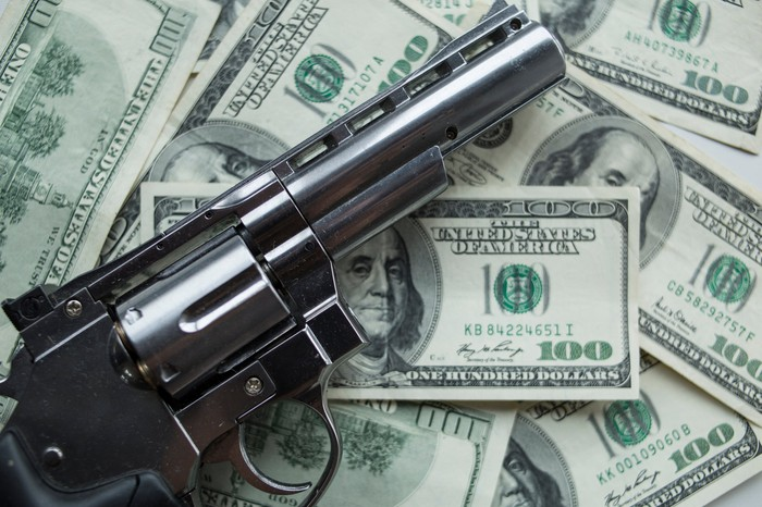Pistol on $100 bils
