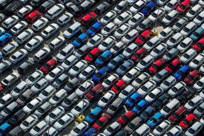 Une vue aérienne des voitures en stationnement.