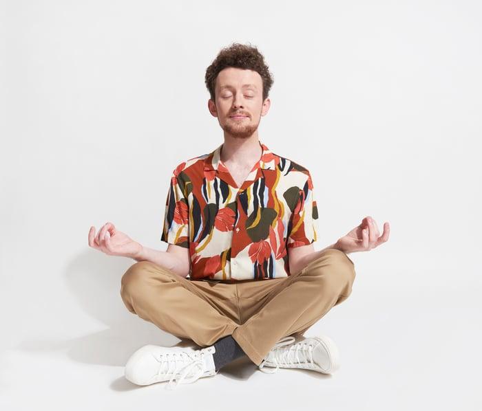 Un homme assis en train de méditer