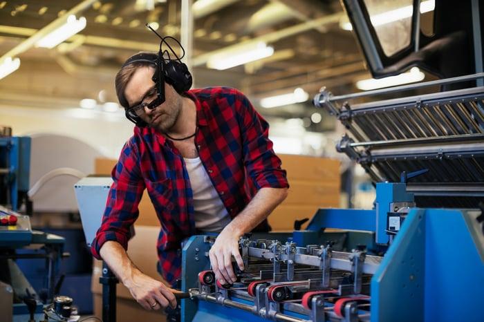 Un ouvrier d'usine utilise une paire de lunettes M400.