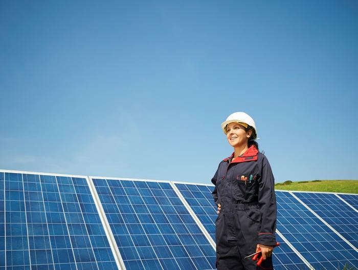 Un ingénieur travaillant sur des panneaux solaires.