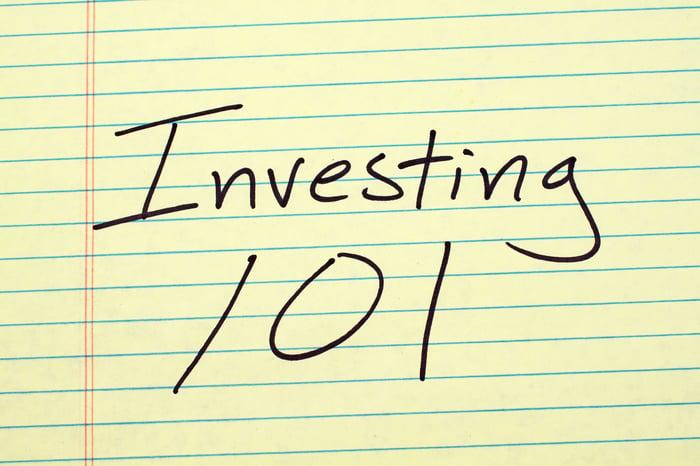 Investir 101 écrit sur du papier bloc-notes juridique.