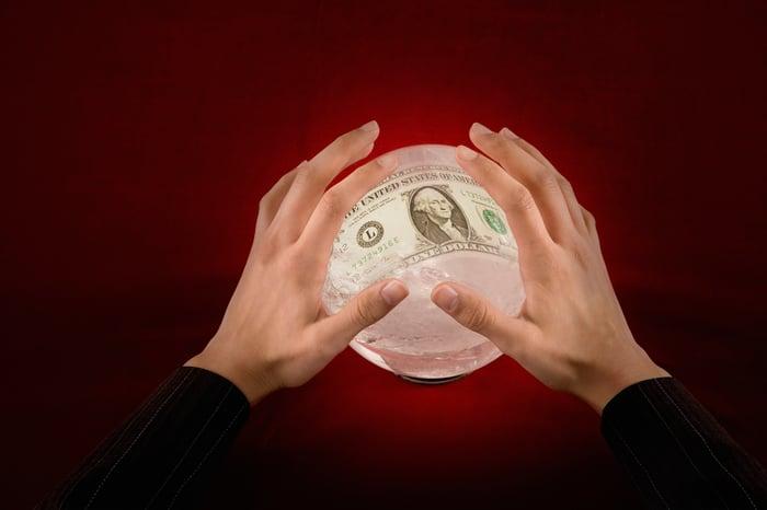 Boule de cristal avec image de billet d'un dollar dedans