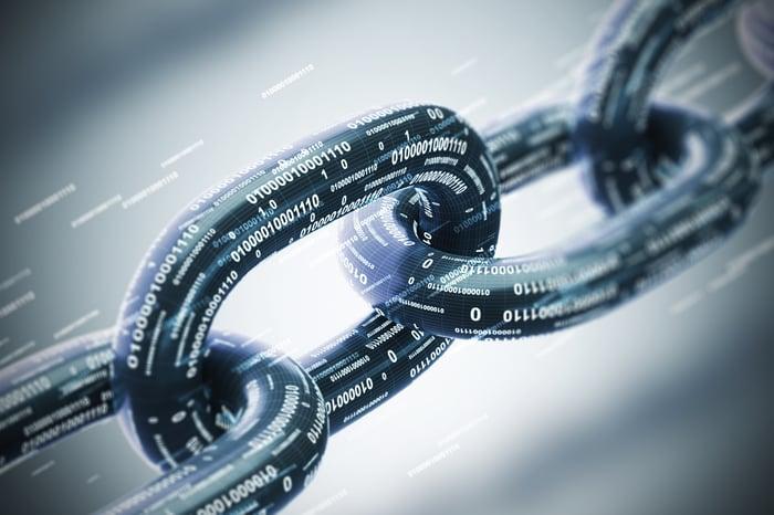 Une chaîne avec des chaînes de uns et de zéros imprimés dessus.