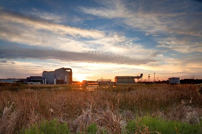 Lever du soleil sur l'usine sidérurgique de Nucor au Texas