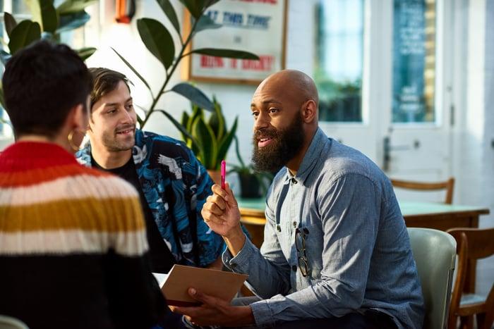 Homme discutant des stratégies de croissance lors d'une réunion.