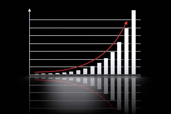 Un graphique boursier en pente ascendante avec son reflet.