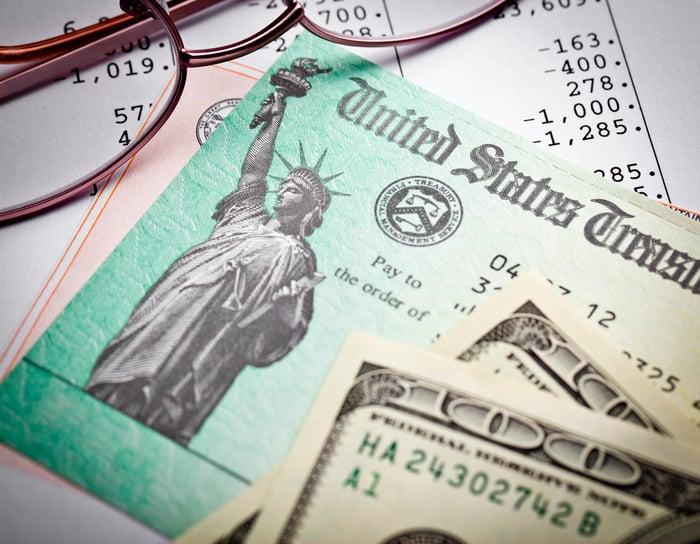 Une paire de lunettes, un remboursement d'impôt et des billets de cent dollars en plus d'une déclaration de revenus.