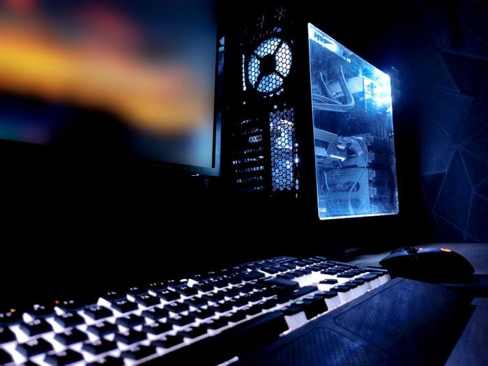 Clavier et ordinateur avec l'intérieur allumé.
