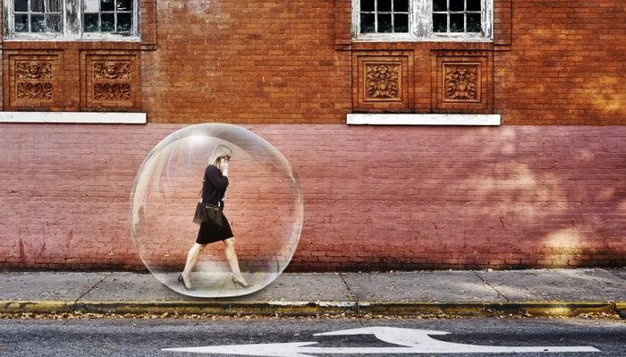 Une femme marche sur un trottoir entouré d'une bulle.