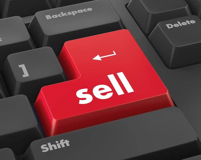 Gros plan d'un clavier avec une grosse touche de vente rouge