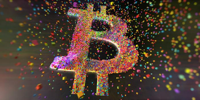 Symbole Bitcoin composé de sphères colorées.