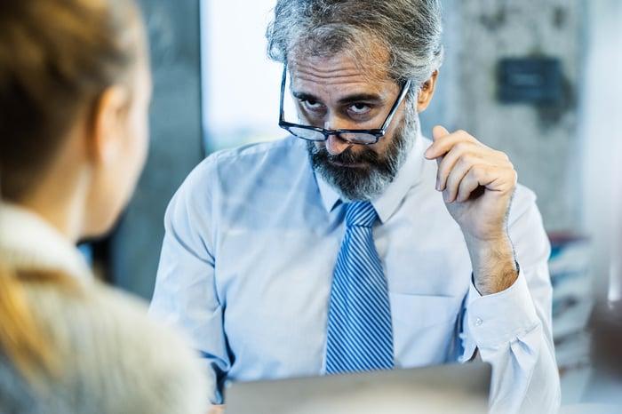 Un analyste vieillissant jette un regard sévère à son client.
