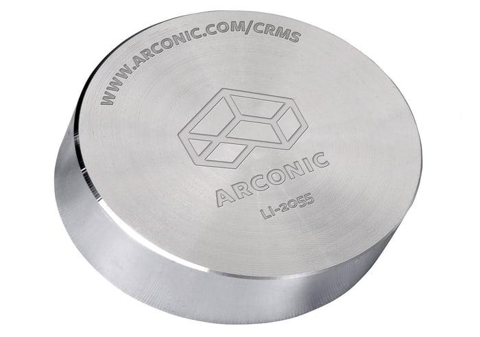 Rond en métal avec logo Arconic imprimé dessus.