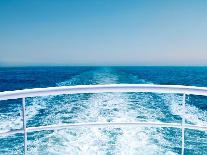 Vue sur l'océan depuis la poupe d'un bateau de croisière