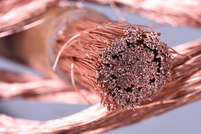 Un faisceau de câbles en cuivre