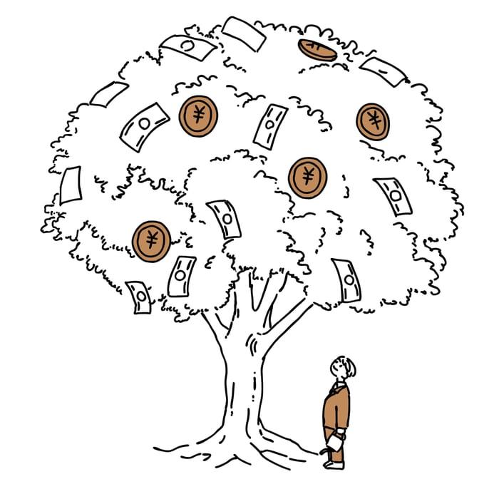 Homme regardant l'arbre d'argent.