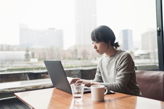 Une femme utilisant un ordinateur.
