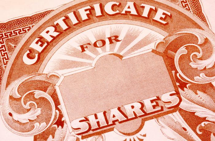 Un certificat papier vierge pour les actions d'une société cotée en bourse.