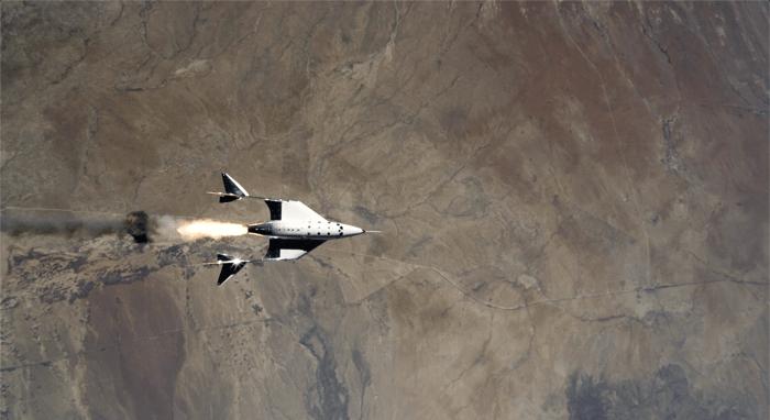 Virgin Galactic VSS Unity avec des moteurs tirant comme vu de VMS Eve.