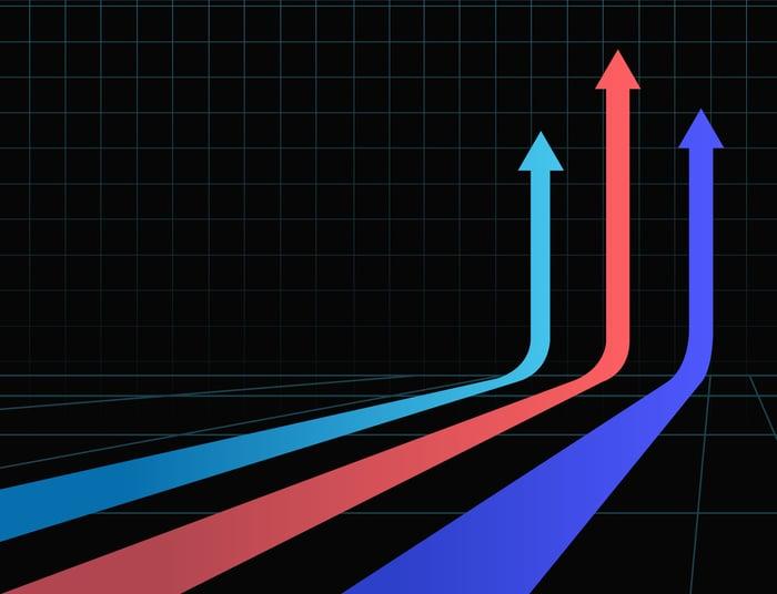 Trois flèches colorées qui courent tout droit sur un fond noir.