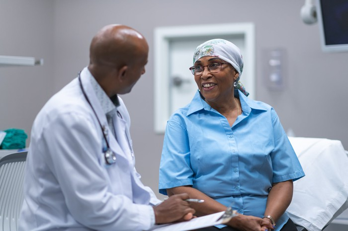 Oncologist speaking with a cancer patient.