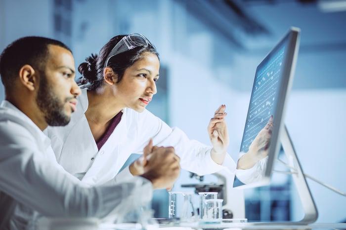 Les gens travaillent dans un laboratoire.