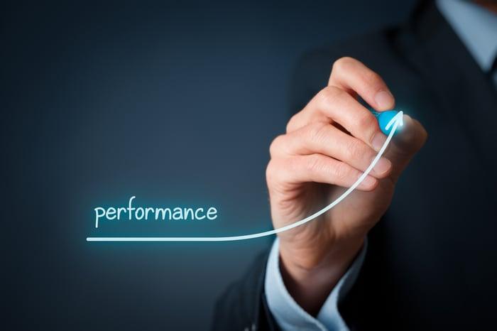 Un graphique numérique intitulé performance étant dessiné avec une flèche vers le haut.