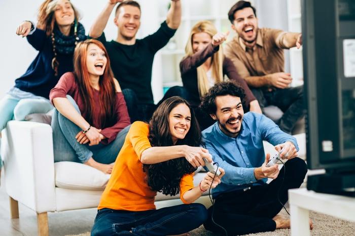 Sept amis se réunissent pour jouer à des jeux vidéo.