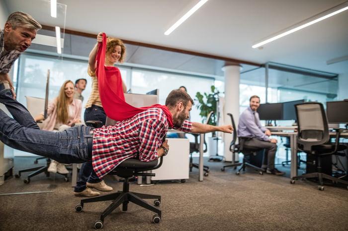 Un groupe d'employés s'amusant au bureau.