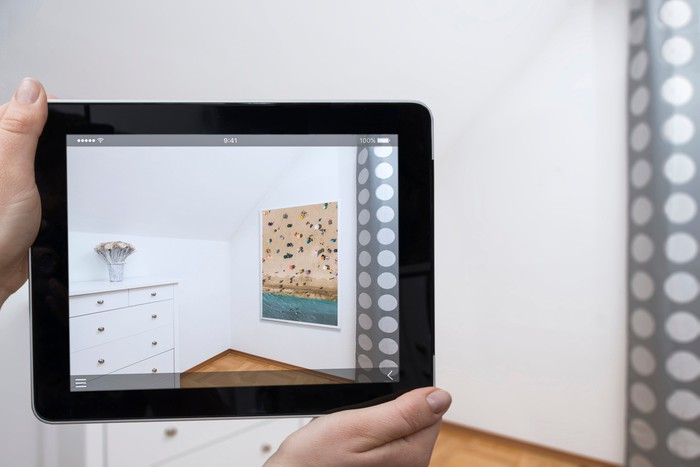 A person previews home decorations in an AR app.