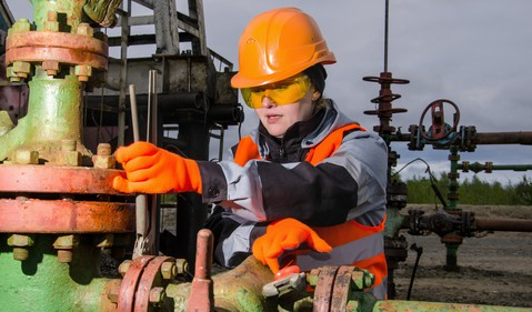 21_05_18 A person in protective gear working on an energy pipeline _GettyImages-538186946