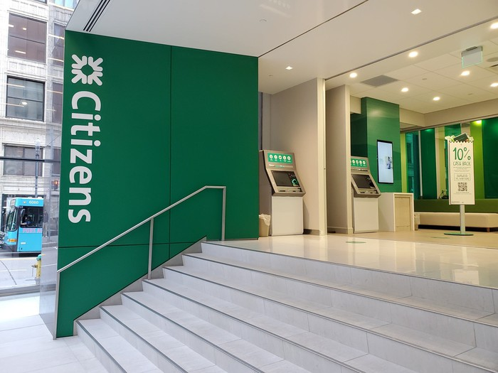 Picture of the entrance to a Citizens Bank branch.