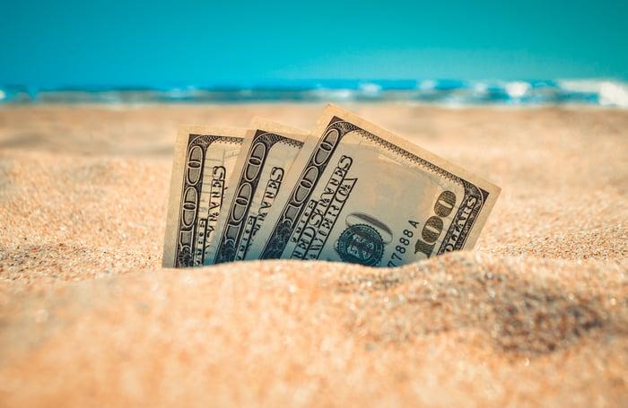 L'argent sort du sable.