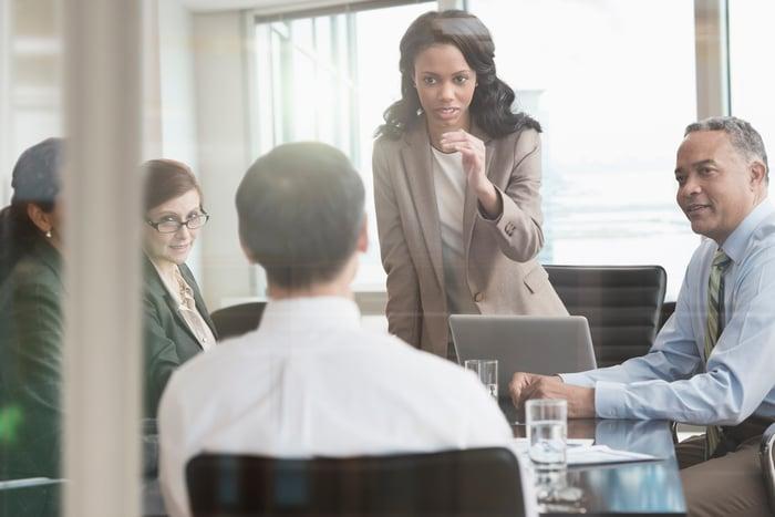 Femme d'affaires parlant avec un collègue lors d'une réunion.