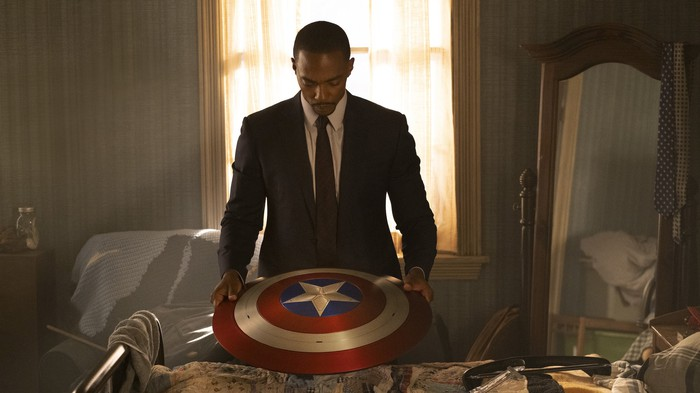 Falcon tenant le bouclier de Captain America.