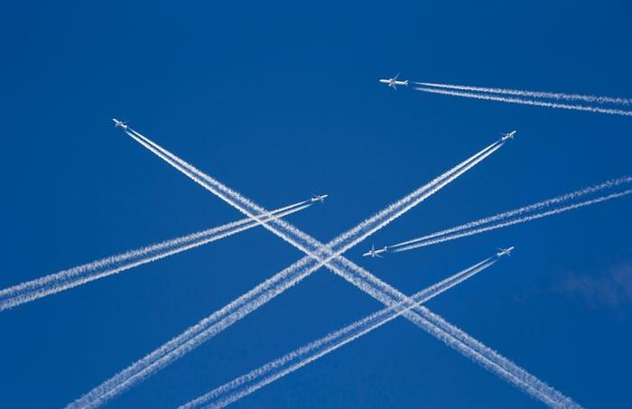 Des avions dans le ciel.