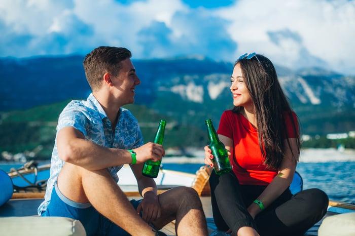 Deux personnes sur un bateau.