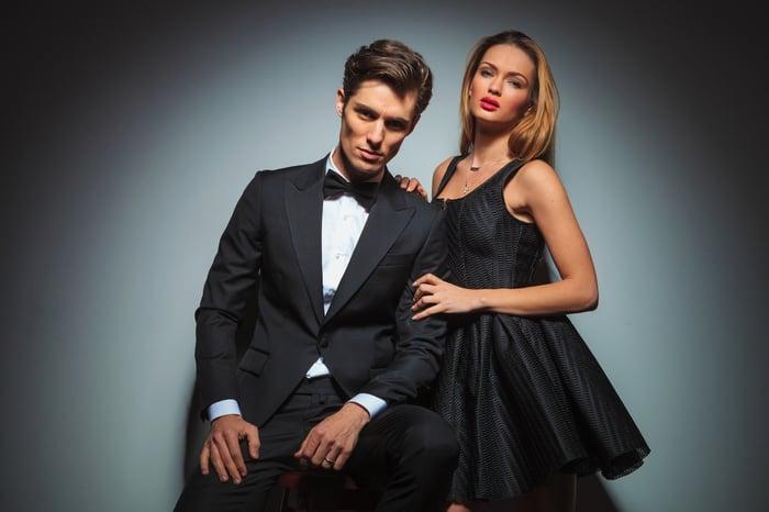 Couple très bien habillé