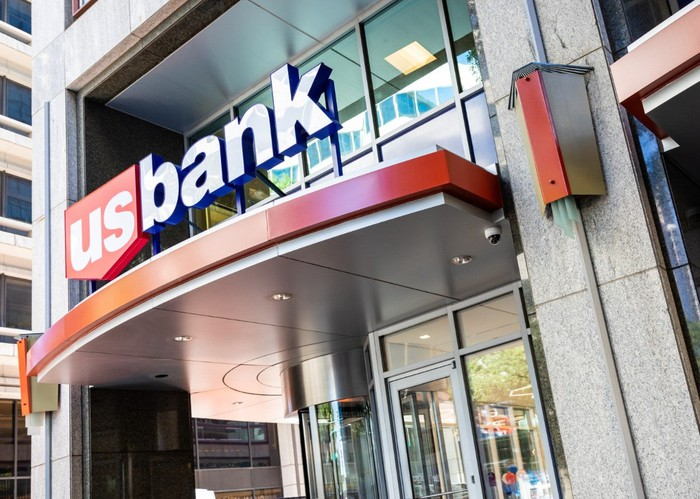 US Bank logo on the outside of building.
