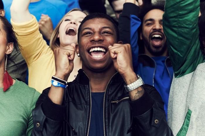 La personne applaudit alors qu'une victoire est remportée.