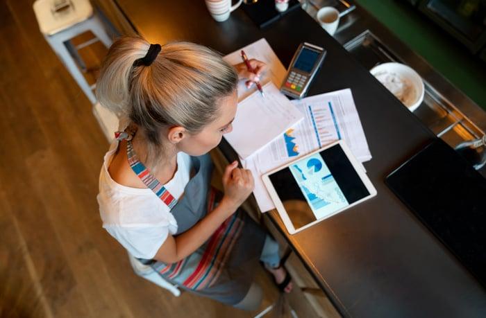 Un propriétaire de petite entreprise examine des graphiques financiers.
