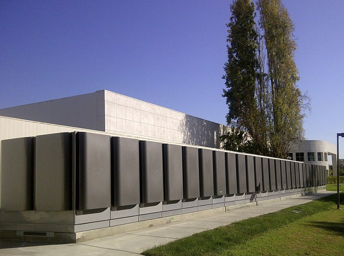 Bloom Energy fuel cell servers at a commercial building.