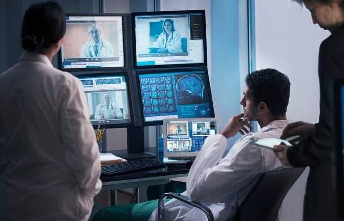 Plusieurs médecins communiquant avec la plate-forme de télémédecine.